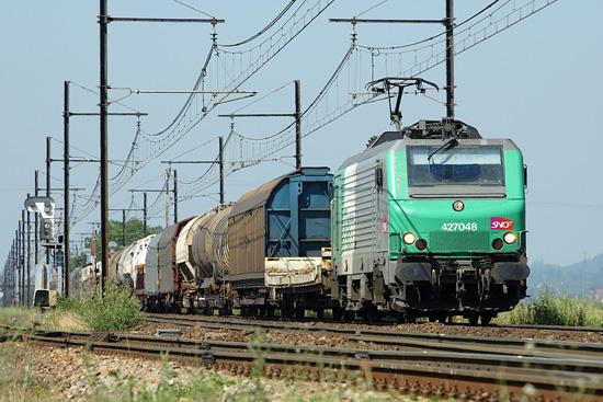 Un train de fret diffus reliant Sibelin à Ambérieu en Bugey.