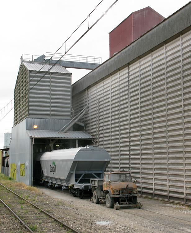 L'Unimog d'un client de Fret SNCF manoeuvre des wagons de céréales en cours de chargement.