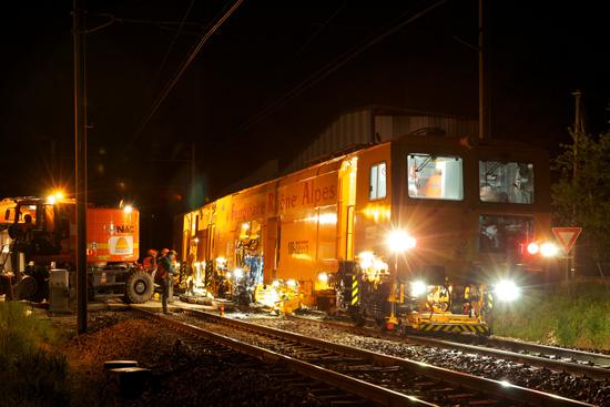 Des équipes Colas Rail et une bourreuse FRA au travail.