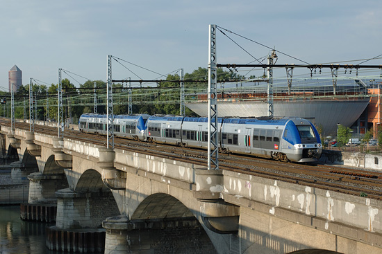 La même rame 81515, à la sortie de Lyon, en mode thermique.