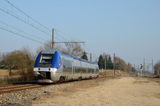 Le TER 882114 redémarre après son arrêt à Pont de Veyle.