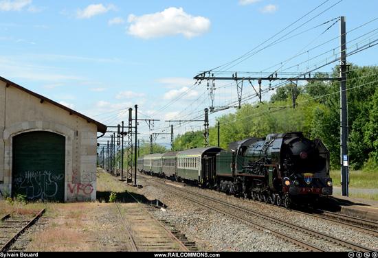 La 241P 17 de passage en gare de Pontanevaux - La Chapelle.