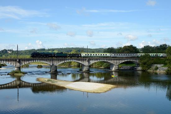 Le Savoie Vapeur Express franchit l'Ain à Pont d'Ain.