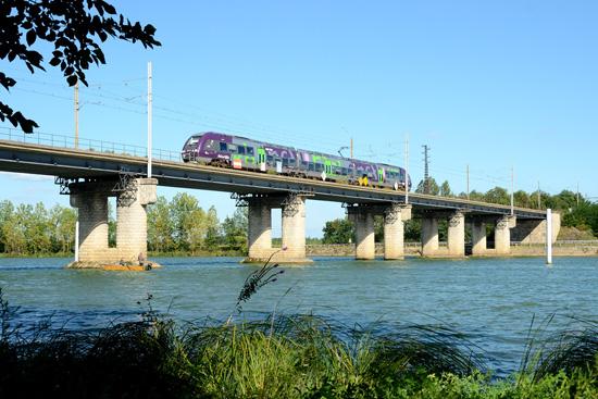 Le TER 882120 franchit la Saône.