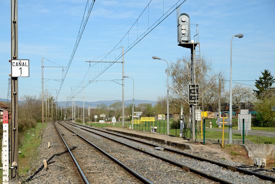 """Entrée de la gare de Pont de Veyle, la pancarte """"Canal 1"""" ordonne au conducteur de changer le canal de sa radio."""