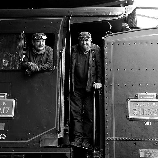 L'équipage d'une machine à vapeur: le conducteur mécanicien et le chauffeur.